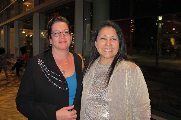 Sharon Woo和Share Darr (左)是姑嫂俩,她们一同观看了神韵晚会后Woo表示,她很想看神韵有几年了,今天感到很幸福,终于看到韵的中国古典舞了。(梁欣/大纪元)
