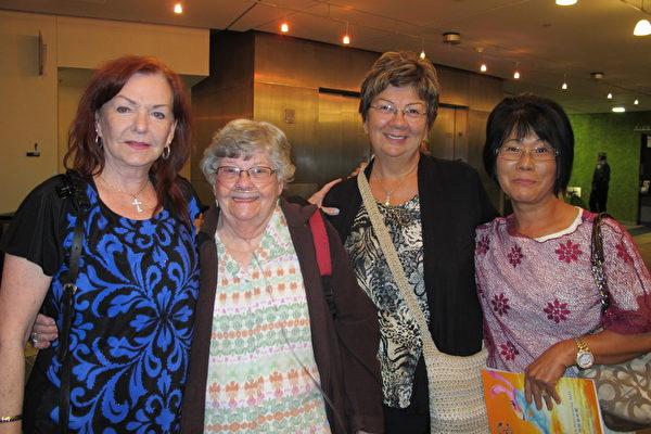 """Gloria Koger(左一)和三位朋友一起来欣赏神韵晚会。Koger高兴的表示,""""我喜欢每个节目,舞蹈是如此的美丽,音乐很美,服装绚丽多姿,有的服饰令人也想拥有。妙不可言!""""(梁欣/大纪元)"""
