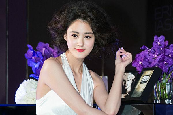 宋纪妍怀孕了 喜晒妈妈手册
