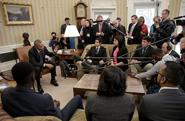 2015年2月4日,美國總統奧巴馬在白宮橢圓形辦公室會見了一批年輕的無證移民,並發言批評共和黨人的法案忽略了「人道後果」。(Win McNamee/Getty Images)