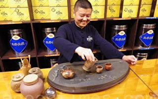 喜欢以茶会友广结善缘的刘充霈总是乐呵呵的。(庄宜真/大纪元)