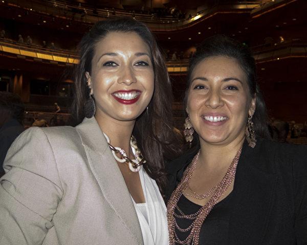舞蹈演员Samantha Lindblad女士(右)与从事金融财务经理的朋友Anna Simms一起观看了演出,她们买了第一排的票,好看得清楚些。(马有志/大纪元)