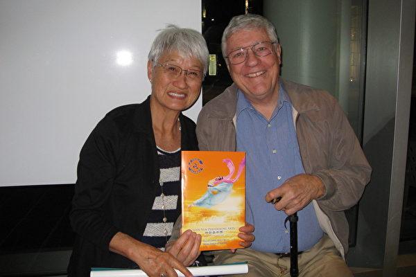 2月12日晚上7时30分,钢琴老师Midori Hall与先生Jim和两位朋友一同观看神韵,他们兴奋的相约决定明年再来观看神韵。(林家维/大纪元)