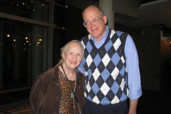 2月12日晚上7点30分,从事医生工作的Foster女士(左)与Bob Dupuis先生一同观看演出(林家维/大纪元)