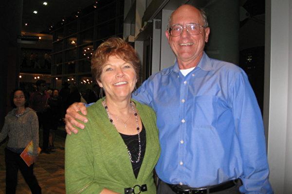 2月12日晚上7点30分,内科医生David Sundheimer与太太Gleniss一同观看演出表示,(神韵)是一台顶级的演出,强力推荐大家看。(林家维/大纪元)