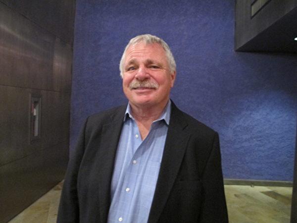 Joseph Mallon是位高科技公司的总裁,他带领多位员工观看神韵。(梁欣/大纪元)