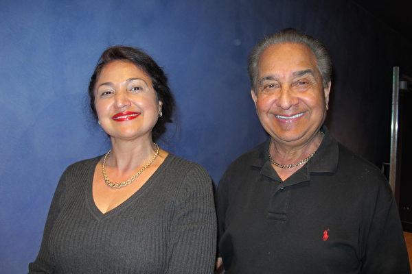 凤凰城邮政总局经理Simi Sethi(左)和先生Raj Dogra一起观看神韵晚会后表示,晚会很成功。(梁欣/大纪元)