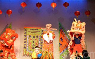 摩顿市长柯廷森妆扮成财神爷向观众拜年。(姜斌/大纪元)