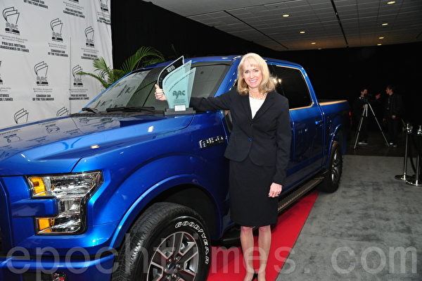 Ford Canada总裁兼首席执行官Dianne Craig将2015年度最佳多功能车奖放在福特F-150皮卡上。(周行/大纪元)