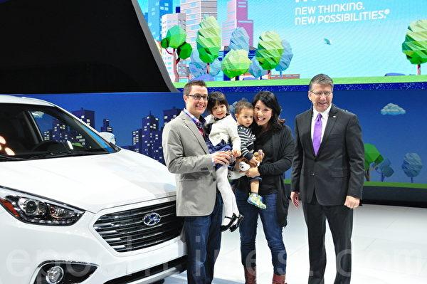 现代汽车加拿大公司总裁兼首席执行官Don Romano(右)将氢动力车Tucson FCEV的车钥匙交给了Clayton Crawley 及马秀玲(Jennifer Ma)夫妇。(周行/大纪元)