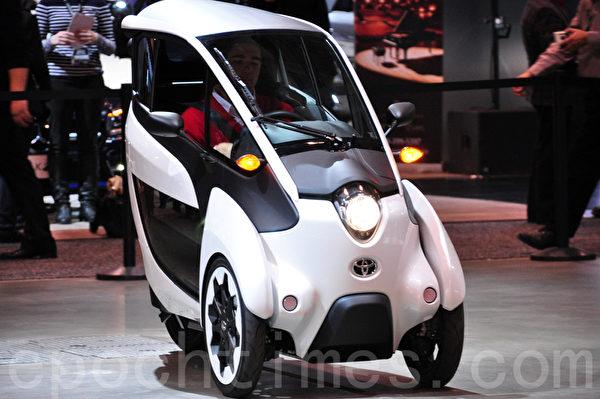 丰田在多伦多国际车展上演示车宽只有870毫米的I-Road。(周行/大纪元)