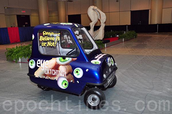 在多伦多会展中心南楼700楼层Ripley's Believe It or Not!,观众可试开世界上最小的车P50。(周行/大纪元)
