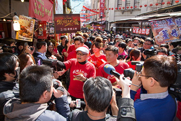 鐵獅2劇組在迪化街受到熱烈歡迎。(穀得電影提供)