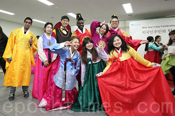 2月13日下午在首尔全球化中心举行多元化迎新年活动,来自中国、日本、越南、巴基斯坦等国家的150多名外国居民欢聚一起,体验韩国的新年习俗。(全宇/大纪元)