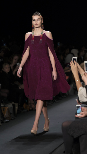 2月13日紐約時裝週,模特在T台展現蒙古設計師的服裝設計。(大紀元)