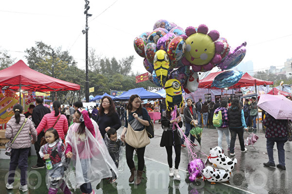 羊年新年临近,香港维园人头涌涌。(余钢/大纪元)