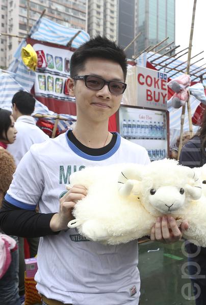 有市民及学生推出各种羊年创意产品。(余钢/大纪元)