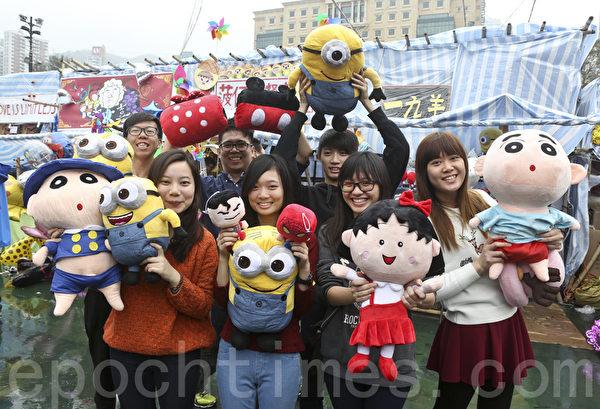 香港维园人头涌涌,有市民及学生推出各种创意产品,吸引众多目光。(余钢/大纪元)