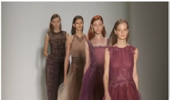 日籍时装设计师庄司正(Tadashi Shoji)今年展示的时装系列。(新唐人电视台网路截图)
