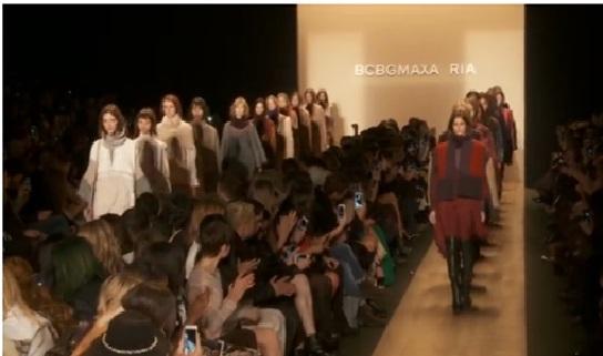 著名时装品牌BCBG Max Azria在2015秋冬纽约时装周推出的系列,充满随性不羁的风格。(新唐人电视台网路截图)