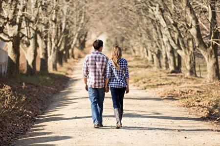 夫妇手牵着手背面图走在秋天的乡野(fotolia)