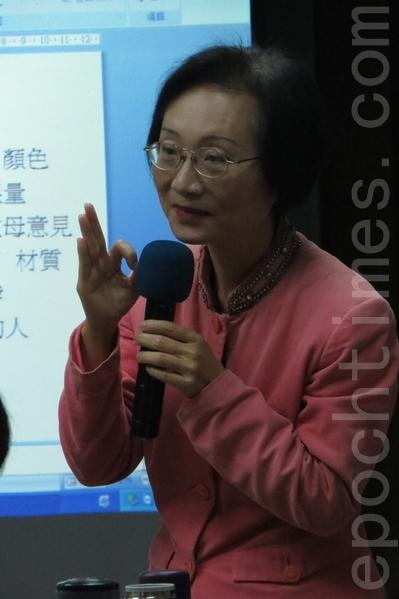 陳彥玲拋出許多問題與觀眾交流,讓觀眾從問題說出自我的看法想法,然 後在找到自我的方向等。(黃美月/大紀元)