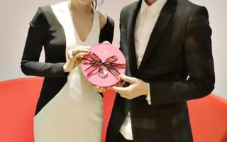 产后复出的侯佩岑(左)收下Eric周兴哲送的巧克力。(sony唱片提供)