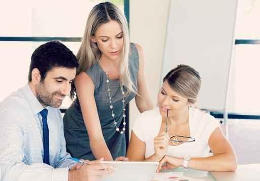 大家一起开会,有讨论题纲,目标明确,透过会议可以凝聚全体员工的向心力。此外,藉由各部门提出问题,彼此脑力激荡还可快速有效地解决跨部门的问题,让企业营运更有效率。(Fotolia)