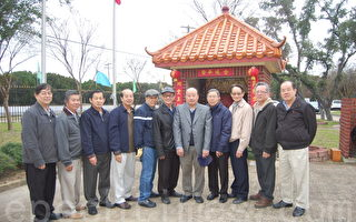 潮州同乡会第九届会长颜世光(右五)及当届的理事会成员。摄影:安吉/大纪元
