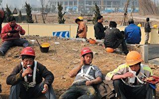 因中共的戶籍制度,大量的農民工不能享有城市居民待遇,農村戶口持有者成為中國社會的二等公民。圖為農民工在施工現場午休。(AFP)