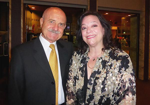 """""""神韵是世界超一流的演出。""""著名声乐艺术家、声乐教授Claudia Visca与未婚夫一道观看了神韵演出后,发出由衷的赞誉。(袁丽/大纪元)"""