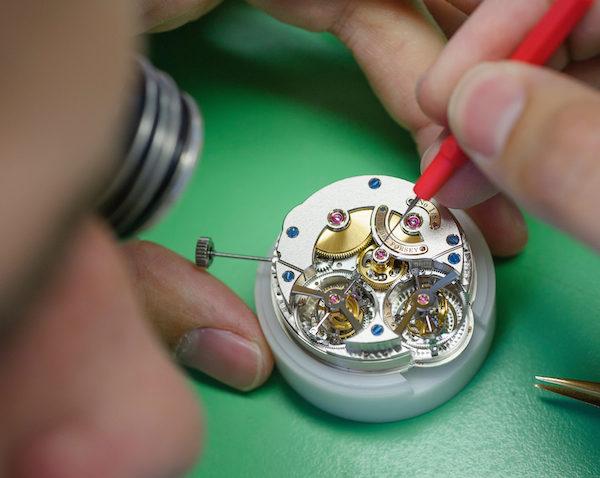高珀富斯的钟表匠们在组装手表。(Greubel Forsey提供)