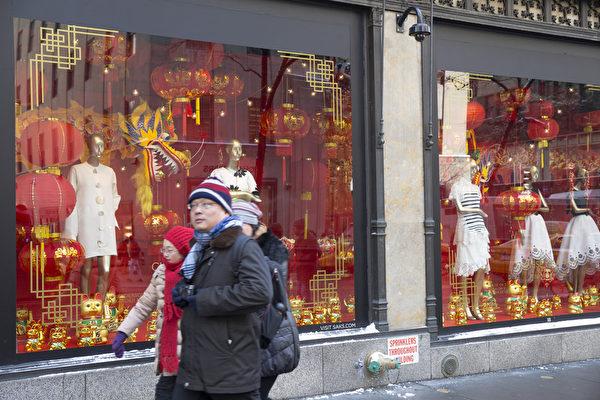 纽约第五大道萨克斯百货(Saks Fifth Avenue)的中国新年主题橱窗装饰 。(戴兵/大纪元)