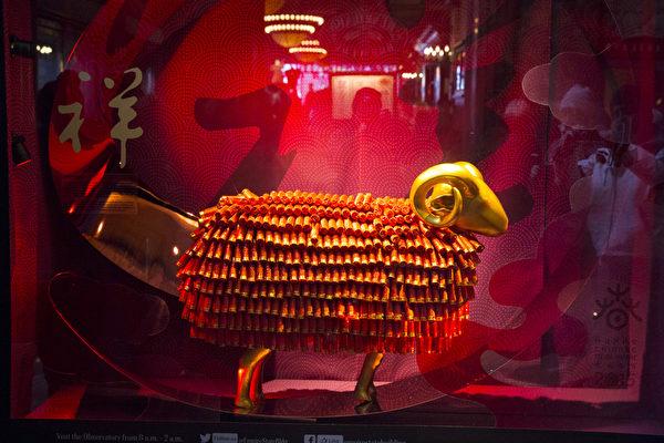 紐約帝國大廈的中國新年櫥窗。(戴兵/大紀元)