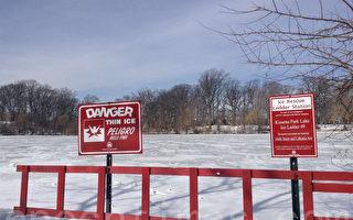 皇后區卡辛娜公園在湖邊設置了冰上救援梯和警示牌。(林丹/大紀元)