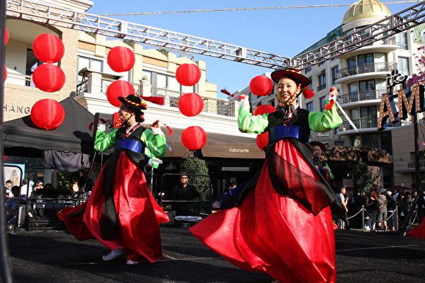 韩国传统剑舞,表现大韩民族历史文化。(徐绣惠/大纪元)