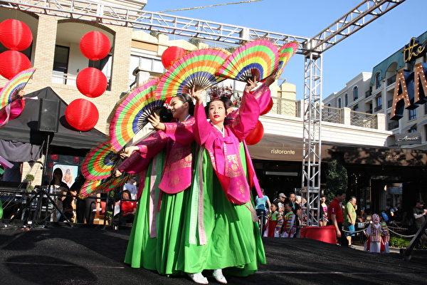韩国传统舞蹈,用扇子表现柔美体态。(徐绣惠/大纪元)