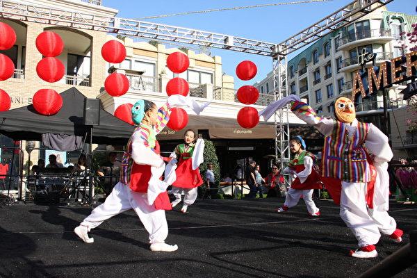 由儿童所表演的韩国传统假面舞,获得观众喝采。(徐绣惠/大纪元)