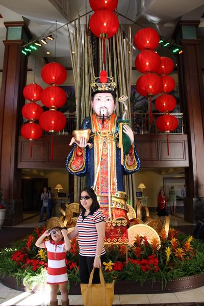 广场中挑高的财神雕像,吸引许多民众与财神合照。(徐绣惠/大纪元)