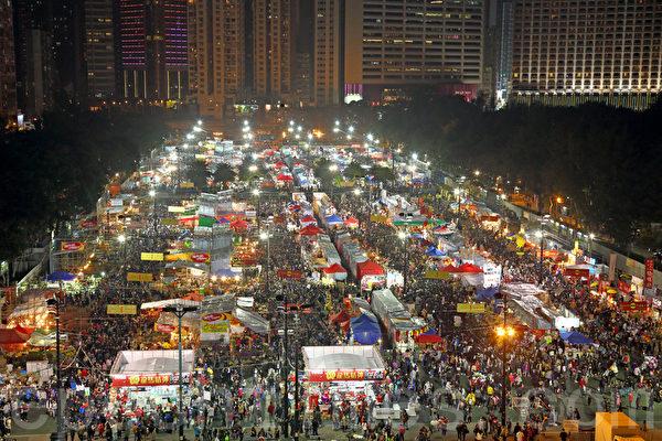 香港最大的维园年宵市场大年三十晚,人流愈来愈多,有不少摊位尽最后机会,减价促销。(潘在殊/大纪元)