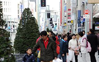 新年期间在东京银座购物的中国游客。(TOSHIFUMI KITAMURA/AFP/Getty Images)