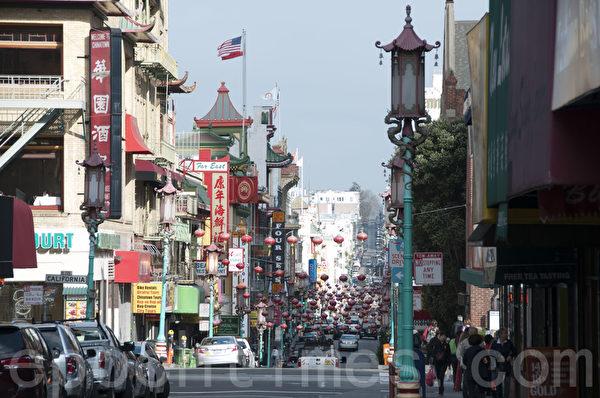 2月18日黄历新年除夕,旧金山中国城的都板街(Grant Ave.)与寻常无异,整条街挂满了灯笼,平添喜气。(周凤临/大纪元)