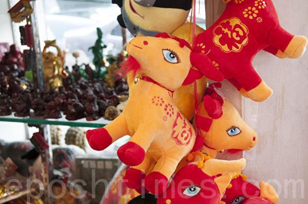 旧金山华埠商店橱窗内的羊年玩偶,格外引人注目。(周凤临/大纪元)