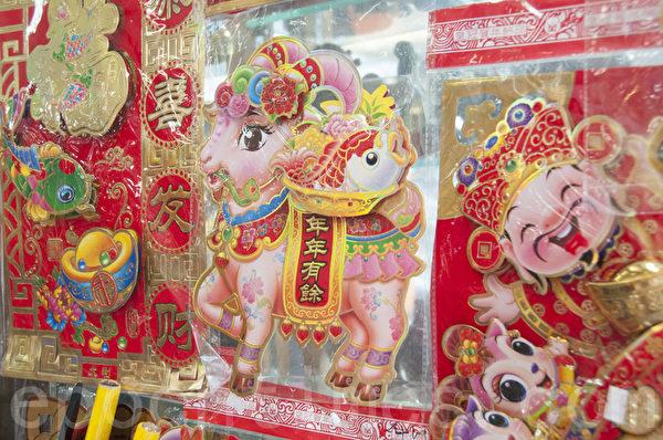 各种年画,是中国传统新年所必备。(周凤临/大纪元)