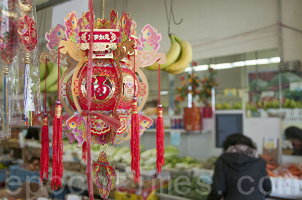 旧金山华埠店内挂起的新年灯饰,充满温馨。(周凤临/大纪元)