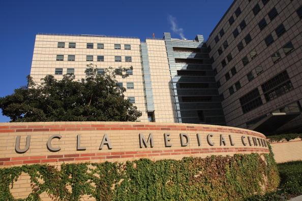 加大洛杉矶分校里根医学中心发言人周三(2月18日)表示,可能有近180位在该中心接受过治疗的病患接触了超级肠杆菌CRE。图为加大洛杉矶分校里根医学中心。(David McNew/Getty Images)