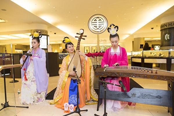 2015年2月19日,紐約布鲁明戴尔百货旗舰店歡度中國新年大年初一。國樂合奏,演奏者們身穿古裝,演奏中國古典音樂,別有一番韻味。(戴兵/大紀元)