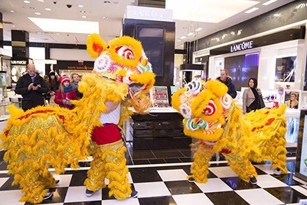 2015年2月19日,紐約布鲁明戴尔百货旗舰店歡度中國新年大年初一。(戴兵/大紀元)