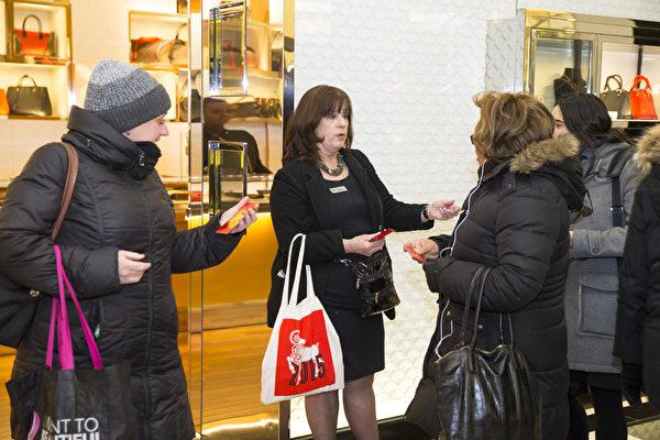 2015年2月19日,紐約布鲁明戴尔百货旗舰店歡度中國新年大年初一。百貨店門口服務人員向顧客祝賀新年,為進門的顧客派發紅包,令人感到過年的氣氛。(戴兵/大紀元)