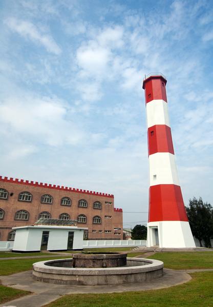 燈塔旅遊人數成長,去年開放的臺中市清水區西北隅的高美燈塔為八角形鋼筋混凝土建築,是臺灣唯一紅白橫紋相間顏色的燈塔。(航港局提供)